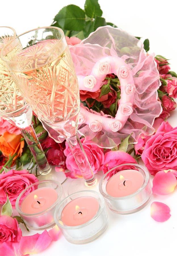 Τριαντάφυλλα και κρασί ανθοδεσμών στοκ εικόνες με δικαίωμα ελεύθερης χρήσης