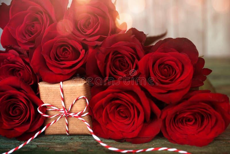 Τριαντάφυλλα με ένα μικρό αιφνιδιαστικό δώρο στοκ φωτογραφίες
