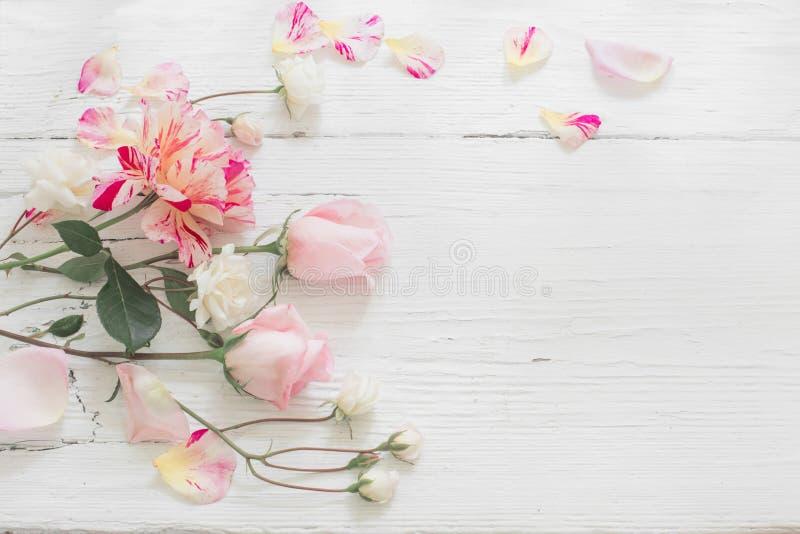 Τριαντάφυλλα στο άσπρο ξύλινο υπόβαθρο στοκ εικόνα