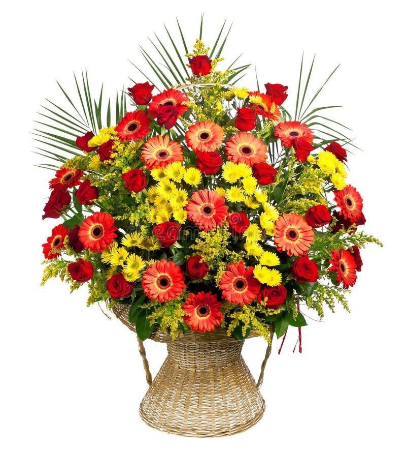 τριαντάφυλλα φοινικών φύλλων gerberas καλαθιών στοκ φωτογραφίες
