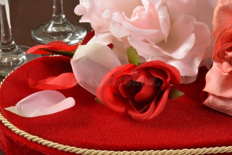 Τριαντάφυλλα και σοκολάτες ημέρας βαλεντίνων στοκ φωτογραφία