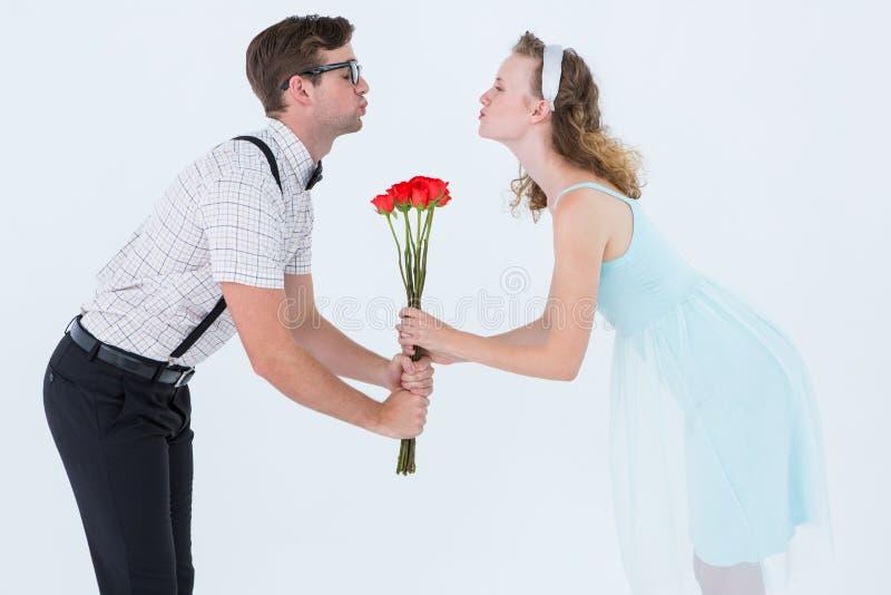 Τριαντάφυλλα και φίλημα εκμετάλλευσης ζευγών Geeky hipster στοκ εικόνες με δικαίωμα ελεύθερης χρήσης