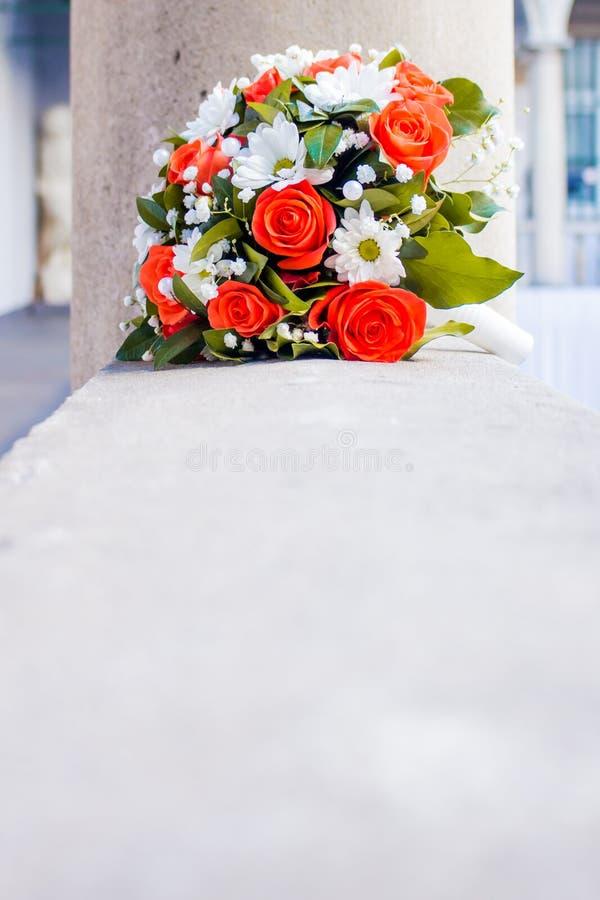 Τριαντάφυλλα κοραλλιών, άσπρες μαργαρίτες, νυφικός, γαμήλια ανθοδέσμη στοκ εικόνα