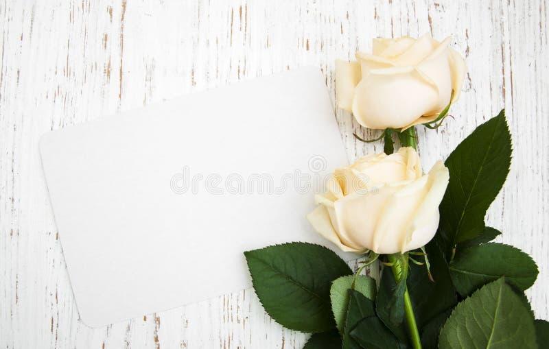 Τριαντάφυλλα με μια κάρτα στοκ εικόνες