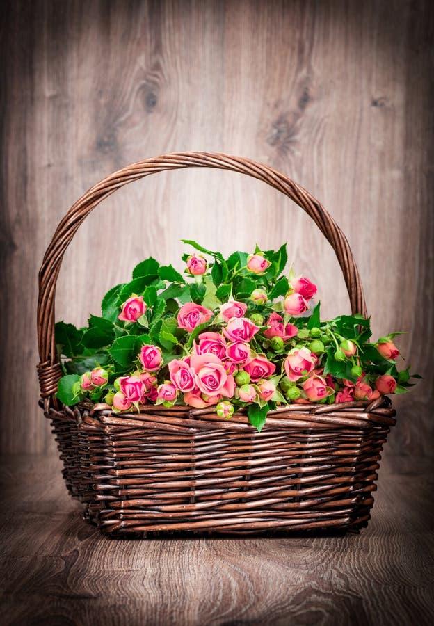 Τριαντάφυλλα στο καλάθι στοκ εικόνες με δικαίωμα ελεύθερης χρήσης
