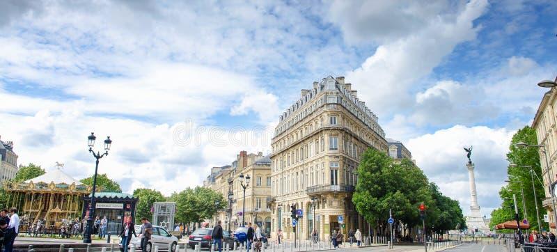 Τριγωνικό κτήριο με το σύγχρονο τραμ στο μέρος de Λα Comedie στο Μπορντώ, άποψη πανοράματος, Γαλλία στοκ φωτογραφία με δικαίωμα ελεύθερης χρήσης