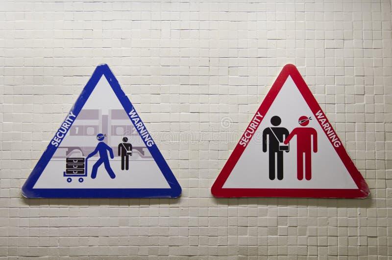 Τριγωνικό σημάδι για να προειδοποιήσει για τον κίνδυνο ληστείας στοκ φωτογραφία με δικαίωμα ελεύθερης χρήσης