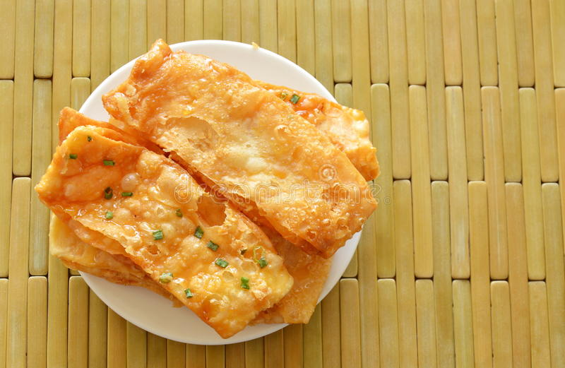 Τριζάτα γλυκά ινδικά τρόφιμα Roti φιαγμένα από αλεύρι στο πιάτο στοκ εικόνα
