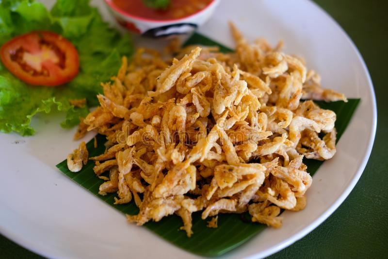 Τριζάτα μικρά τηγανισμένα ταϊλανδικά τρόφιμα γαρίδων στοκ φωτογραφία με δικαίωμα ελεύθερης χρήσης