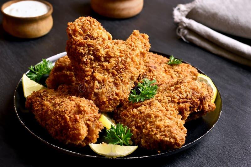 τριζάτα φτερά κοτόπουλο&upsilo στοκ εικόνες με δικαίωμα ελεύθερης χρήσης