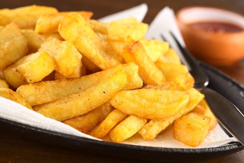 τριζάτες τηγανιτές πατάτες στοκ εικόνες