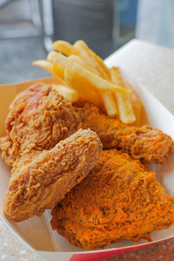 Τριζάτες τσιγαρισμένες κοτόπουλο και τηγανιτές πατάτες στοκ εικόνα