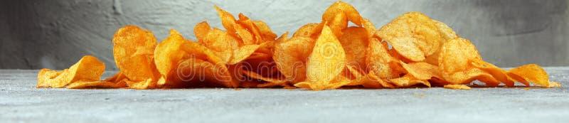 τριζάτη πατάτα τσιπ Τσιπ πάπρικας στον πίνακα Πικάντικα τραγανά τσιπ στοκ φωτογραφίες με δικαίωμα ελεύθερης χρήσης