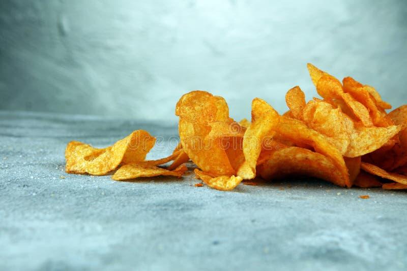 τριζάτη πατάτα τσιπ Τσιπ πάπρικας στον πίνακα Πικάντικα τραγανά τσιπ στοκ εικόνες