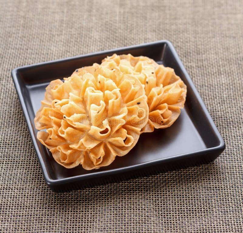 Τριζάτο μπισκότο ανθών Lotus - ταϊλανδικό επιδόρπιο στοκ εικόνες με δικαίωμα ελεύθερης χρήσης