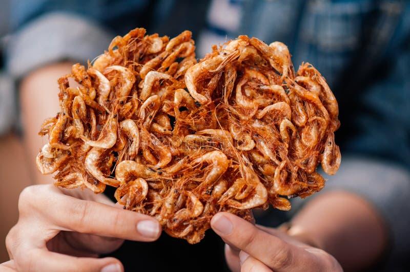 Τριζάτο πικάντικο τσιγαρισμένο ταϊλανδικό πρόχειρο φαγητό γαρίδων τσίλι στοκ φωτογραφία με δικαίωμα ελεύθερης χρήσης