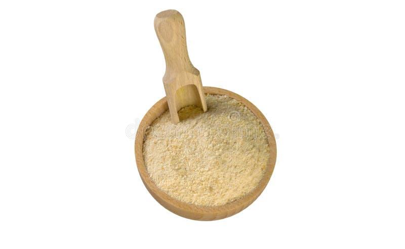 Τριμμένες φρυγανιές στο ξύλινες κύπελλο και τη σέσουλα που απομονώνονται στο άσπρο υπόβαθρο διατροφή βιο φυσικό συστατικό τροφίμω στοκ φωτογραφίες με δικαίωμα ελεύθερης χρήσης