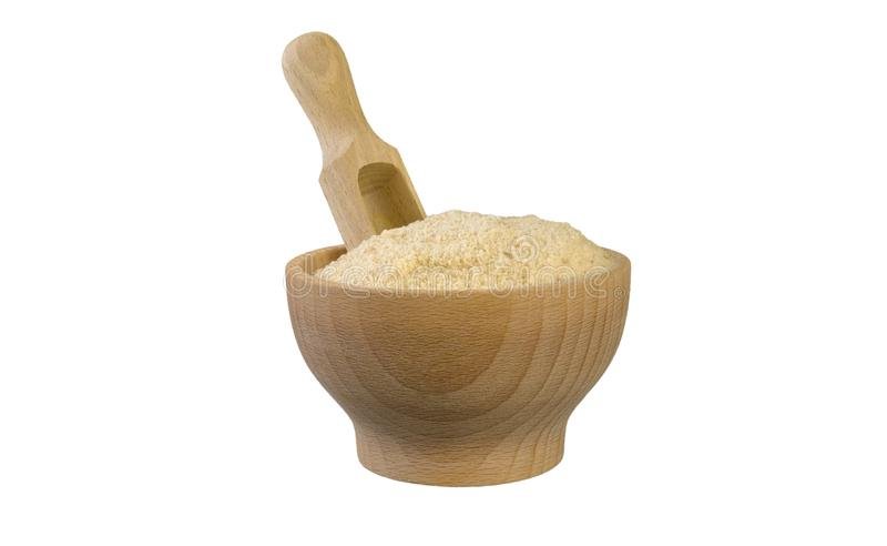 Τριμμένες φρυγανιές στο ξύλινες κύπελλο και τη σέσουλα που απομονώνονται στο άσπρο υπόβαθρο διατροφή βιο φυσικό συστατικό τροφίμω στοκ εικόνες