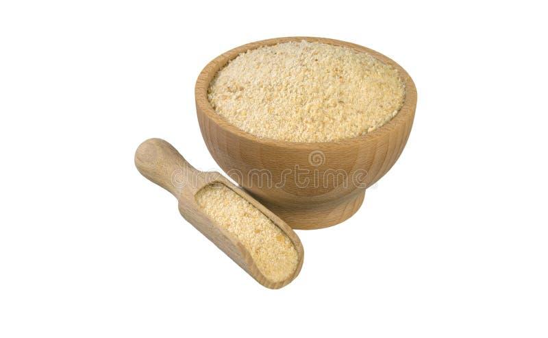 Τριμμένες φρυγανιές στο ξύλινες κύπελλο και τη σέσουλα που απομονώνονται στο άσπρο υπόβαθρο διατροφή βιο φυσικό συστατικό τροφίμω στοκ εικόνα