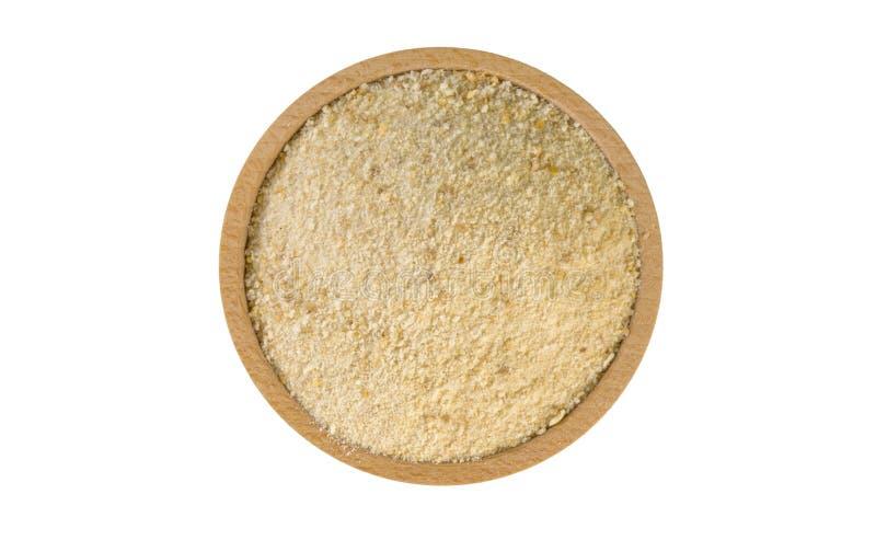 Τριμμένες φρυγανιές στο ξύλινο κύπελλο που απομονώνεται στο άσπρο υπόβαθρο διατροφή συστατικό τροφίμων r στοκ εικόνες