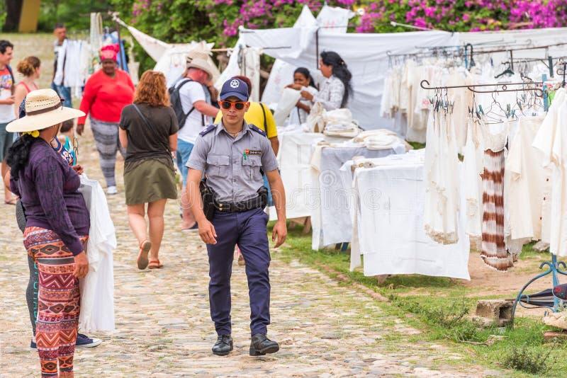 ΤΡΙΝΙΔΑΔ, ΚΟΥΒΑ - 16 ΜΑΐΟΥ 2017: Ένας αστυνομικός στην τοπική αγορά αναμνηστικών Διάστημα αντιγράφων για το κείμενο στοκ φωτογραφία με δικαίωμα ελεύθερης χρήσης