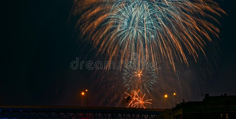 Τριπλά πυροτεχνήματα επάνω από τη γέφυρα εθνικών οδών στοκ φωτογραφίες