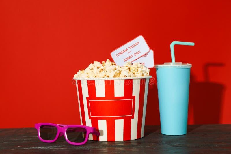 τρισδιάστατα γυαλιά, ριγωτός κάδος με popcorn και εισιτήρια, φλυτζάνι εγγράφου στοκ φωτογραφίες με δικαίωμα ελεύθερης χρήσης