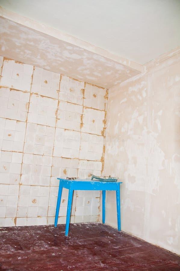 Τρισδιάστατα κεραμίδια γύψου στο πάτωμα, εργασία επισκευής στοκ εικόνες