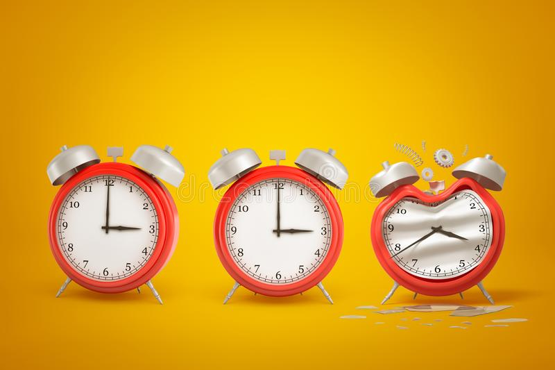 τρισδιάστατη απόδοση τριών κόκκινων ξυπνητηριών που στέκονται στη σειρά, ένα από τα κλίση και χαλασμένος, στο ηλέκτρινο υπόβαθρο  στοκ εικόνες με δικαίωμα ελεύθερης χρήσης