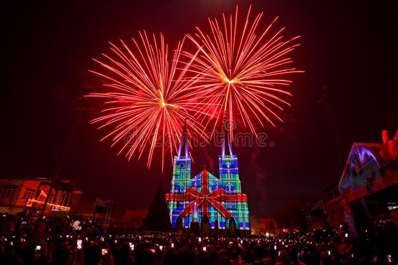 τρισδιάστατη χαρτογράφηση και πυροτεχνήματα προβολής στην εκκλησία Chanthaburi Ταϊλάνδη στοκ εικόνες