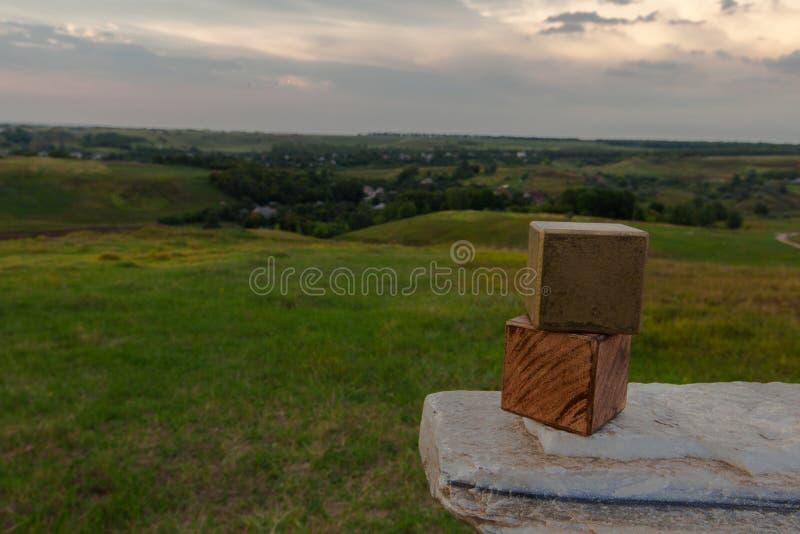 τρισδιάστατοι κύβοι στο μαρμάρινα υπόβαθρο και το χωριό πετρών στοκ εικόνες