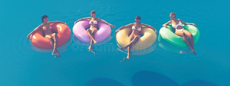 τρισδιάστατος-απεικόνιση των γυναικών που κολυμπούν στο επιπλέον σώμα σε μια λίμνη ελεύθερη απεικόνιση δικαιώματος