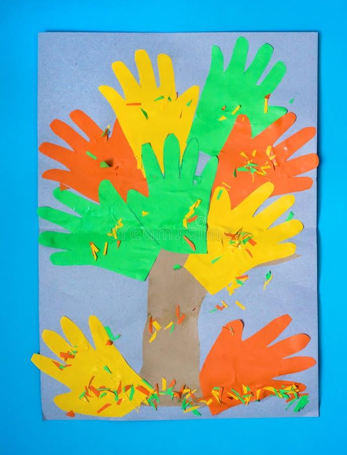 τρισδιάστατο δέντρο φθινοπώρου πτώσης από το πολύχρωμα έγγραφο και το χαρτόνι Δημιουργικά αισθητά προγράμματα αίτησης για τα παιδ στοκ φωτογραφία με δικαίωμα ελεύθερης χρήσης