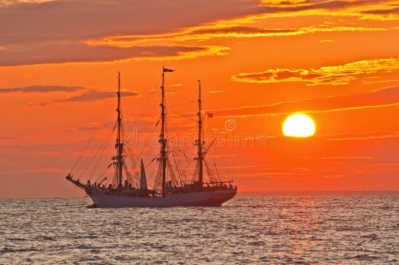 τρισδιάστατο ηλιοβασίλεμα σκαφών ναυσιπλοΐας τοπίων στοκ εικόνες με δικαίωμα ελεύθερης χρήσης