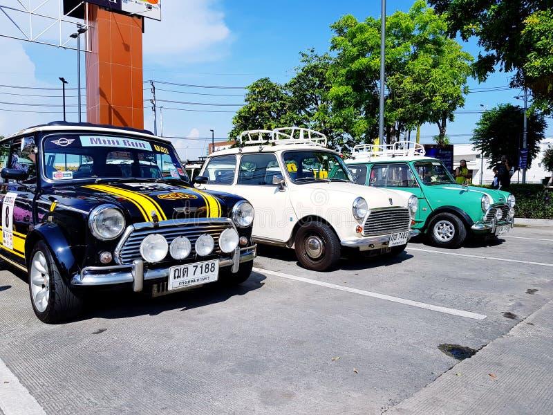Τριών ελάχιστος Ώστιν χώρος στάθμευσης αυτοκινήτων στην οδό - εκλεκτής ποιότητας και μικρή κλασική έννοια αυτοκινήτων στοκ εικόνα