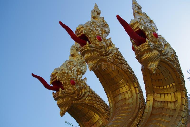 Τριών επικεφαλής Naga άγαλμα σε WatMuang στοκ εικόνα