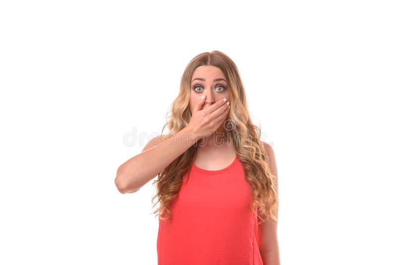 Τρομαγμένη νέα γυναίκα που κοιτάζει επίμονα στη κάμερα στοκ εικόνες