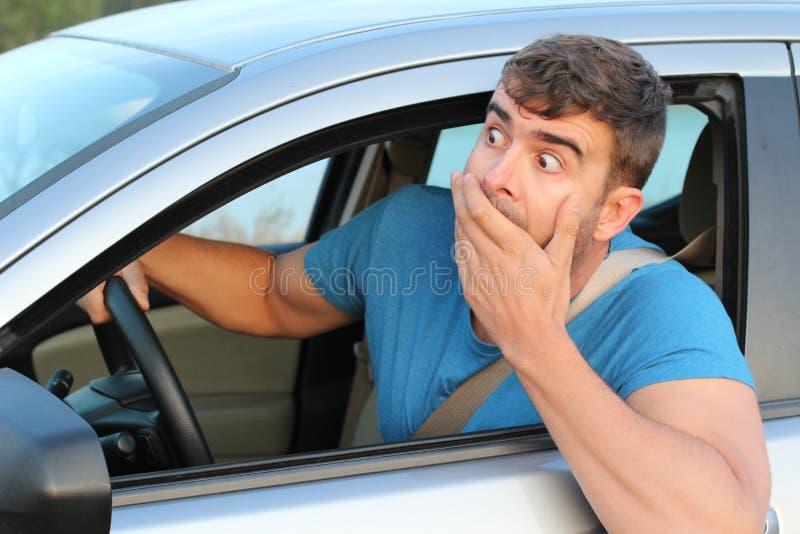 Τρομαγμένος αρσενικός οδηγός που αισθάνεται ένοχος στοκ φωτογραφία