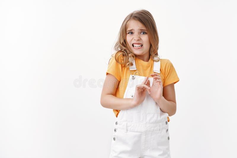 Τρομαγμένο απρόθυμο ξανθό κορίτσι με γαλάζια μάτια εκφράζει αηδία και αποστροφή, κραυγάζει από απαίσια μυρωδιά, σηκώνει χέρια στοκ φωτογραφίες