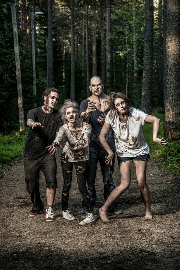 Τρομακτικά αιματηρά zombies που περιμένουν ένα θήραμα στοκ φωτογραφίες