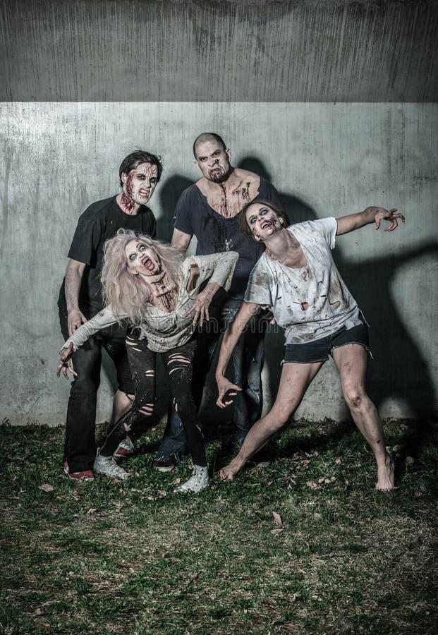 Τρομακτικά αιματηρά zombies που περιμένουν ένα θήραμα στοκ εικόνες
