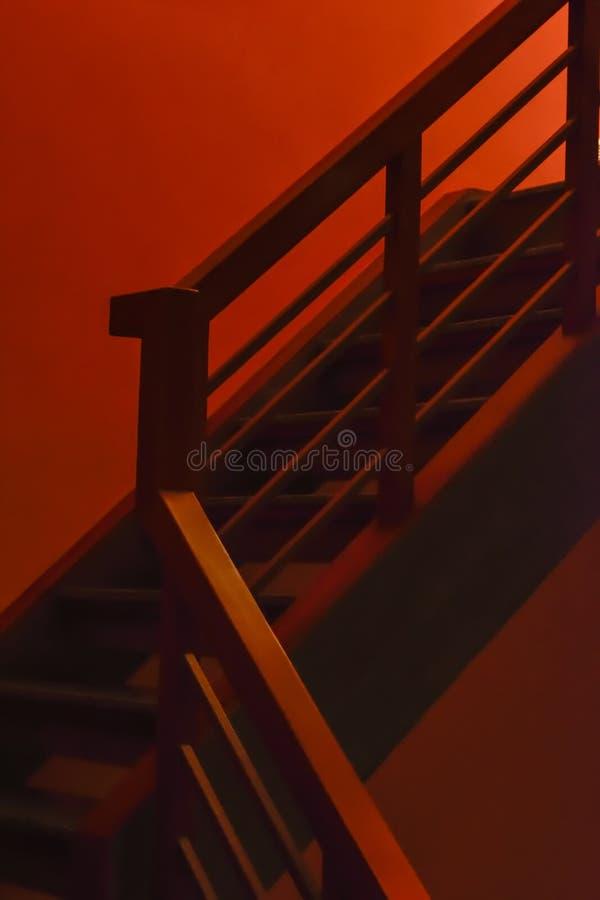 Τρομακτικά κόκκινα βήματα στοκ φωτογραφίες