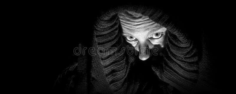 Τρομακτική γυναίκα στο σάβανο, πανόραμα στοκ φωτογραφίες με δικαίωμα ελεύθερης χρήσης