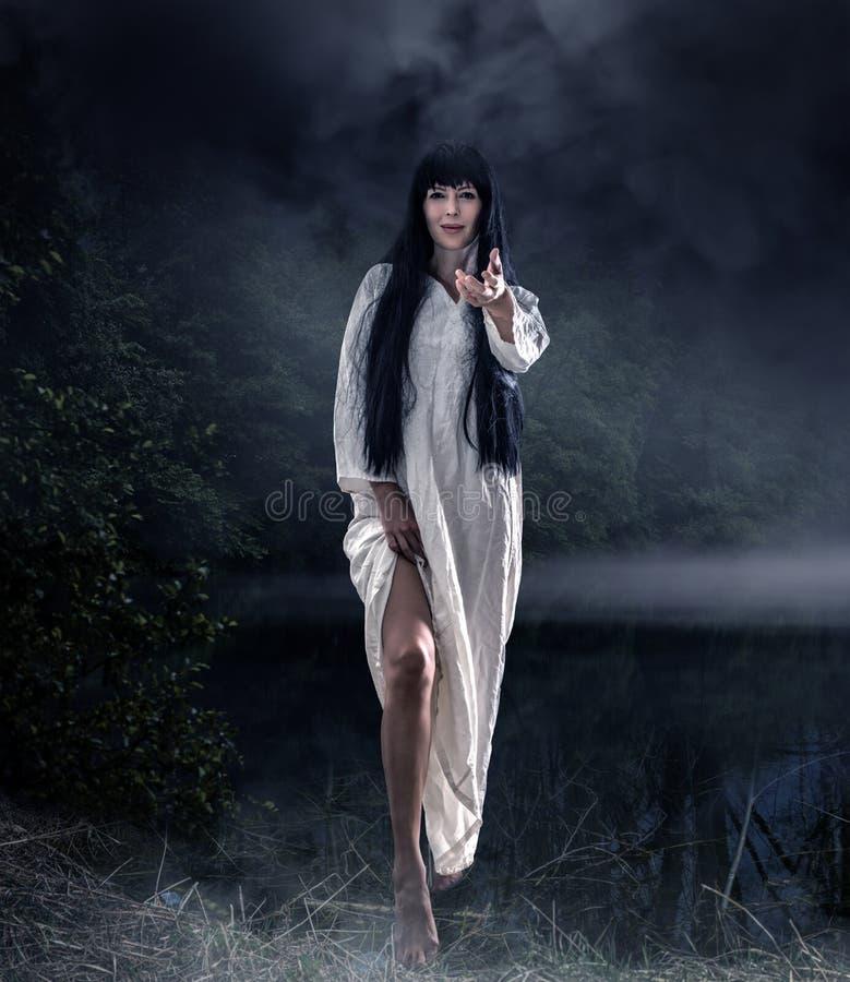 Τρομακτική γυναίκα brunette αποκριών με μακρυμάλλη στοκ εικόνα