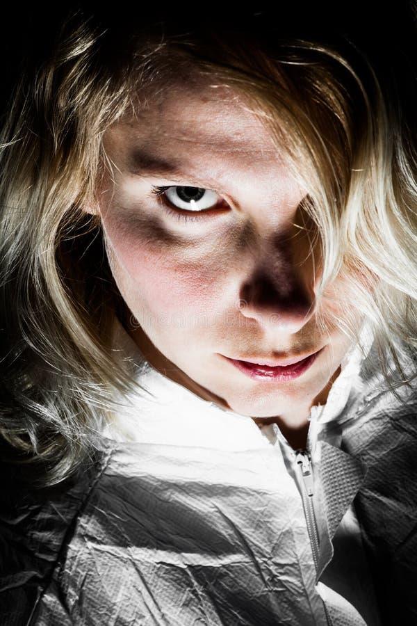 Τρομακτική ξανθή γυναίκα που εξετάζει τη κάμερα στοκ φωτογραφίες