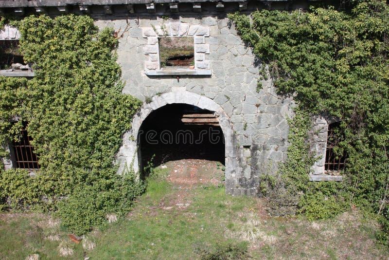 Τρομακτική πύλη πρόσβασης, που σχηματίζεται αψίδα για να εισαγάγει τον προμαχώνα οχυρών Fosdinovo, ένα φρούριο που λαμβάνεται από στοκ εικόνες