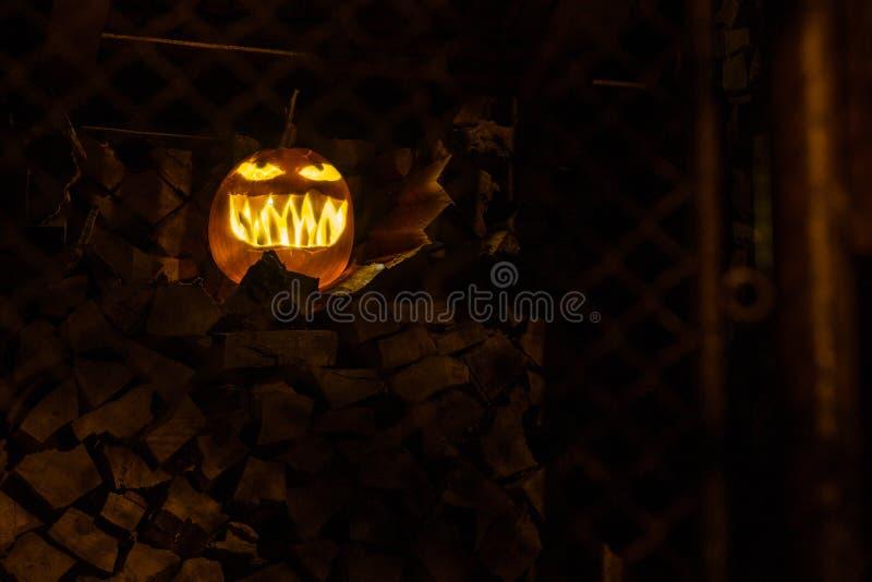 Τρομακτική σκοτεινή κολοκύθα αποκριών νύχτας στοκ εικόνες