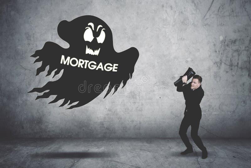 Τρομακτικός επιχειρηματίας που καλύπτει το πρόσωπό του που χαράζεται από έναν συλλέκτη χρέους στοκ φωτογραφία με δικαίωμα ελεύθερης χρήσης