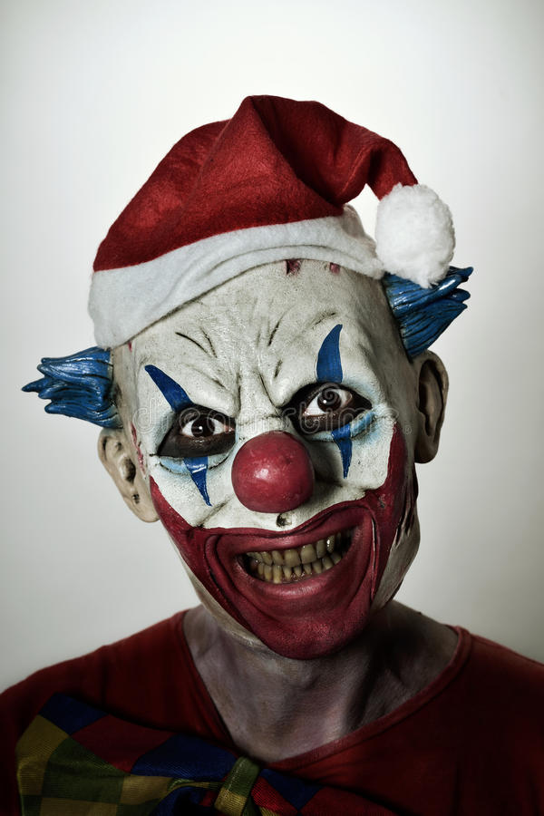 Τρομακτικός κακός κλόουν με ένα καπέλο santa στοκ φωτογραφία με δικαίωμα ελεύθερης χρήσης