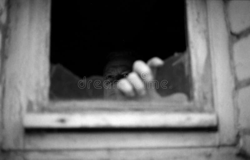 Τρομακτικός παραδώστε το παράθυρο στοκ φωτογραφίες